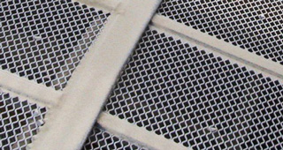 Self-cleaning screens with polyurethane strips